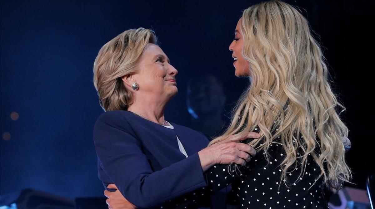 El abrazo entre Hillay Clinton y Beyonce en Cleveland.