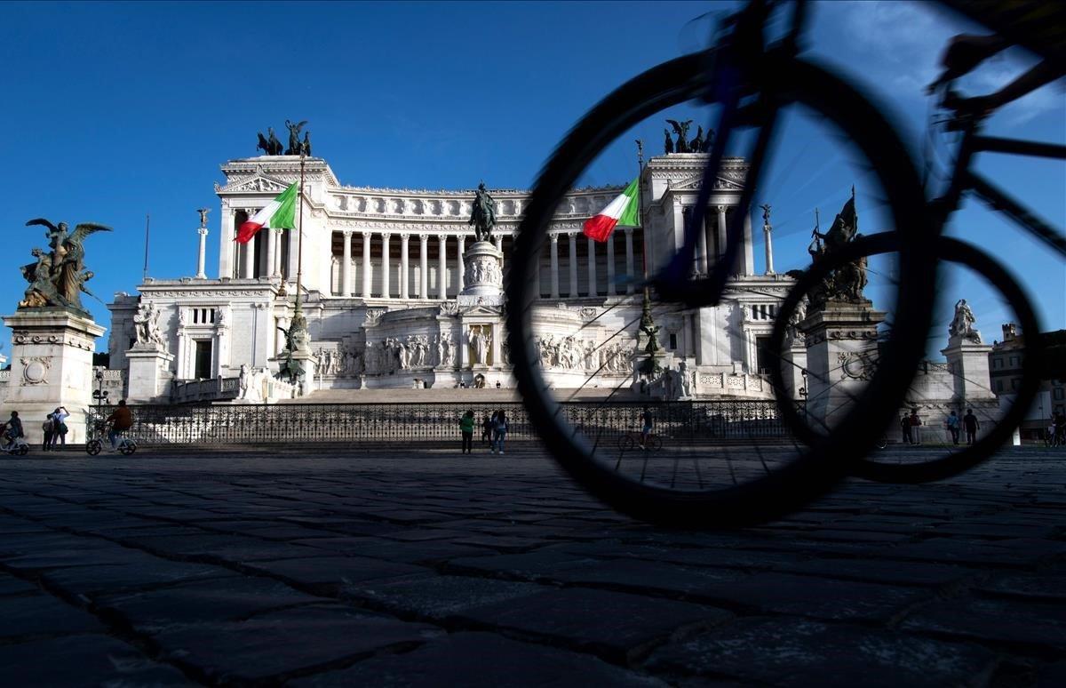 Ciclistas pasean por el monumento de Altare della Patria en el centro de Roma.