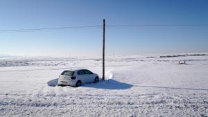 Un coche en el términomunicipal de Torrejón de Velasco, en el sur de Madrid, atrapado en la nieve.
