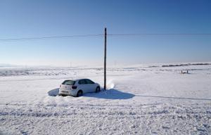 Un coche en el términomunicipal de Torrejón de Velasco, en el sur de Madrid, atrapado todavía en la nieve. FOTO JOSE LUIS ROCA