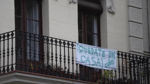 Cartel animando a cumplir el confinamiento en casa, en un balcón de Barcelona, el pasado 22 de abril.