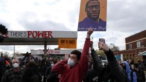Varias personas reunidas en el exterior de la sala de juicios en Minneapolis celebran el veredicto sobre el caso de George Floyd.