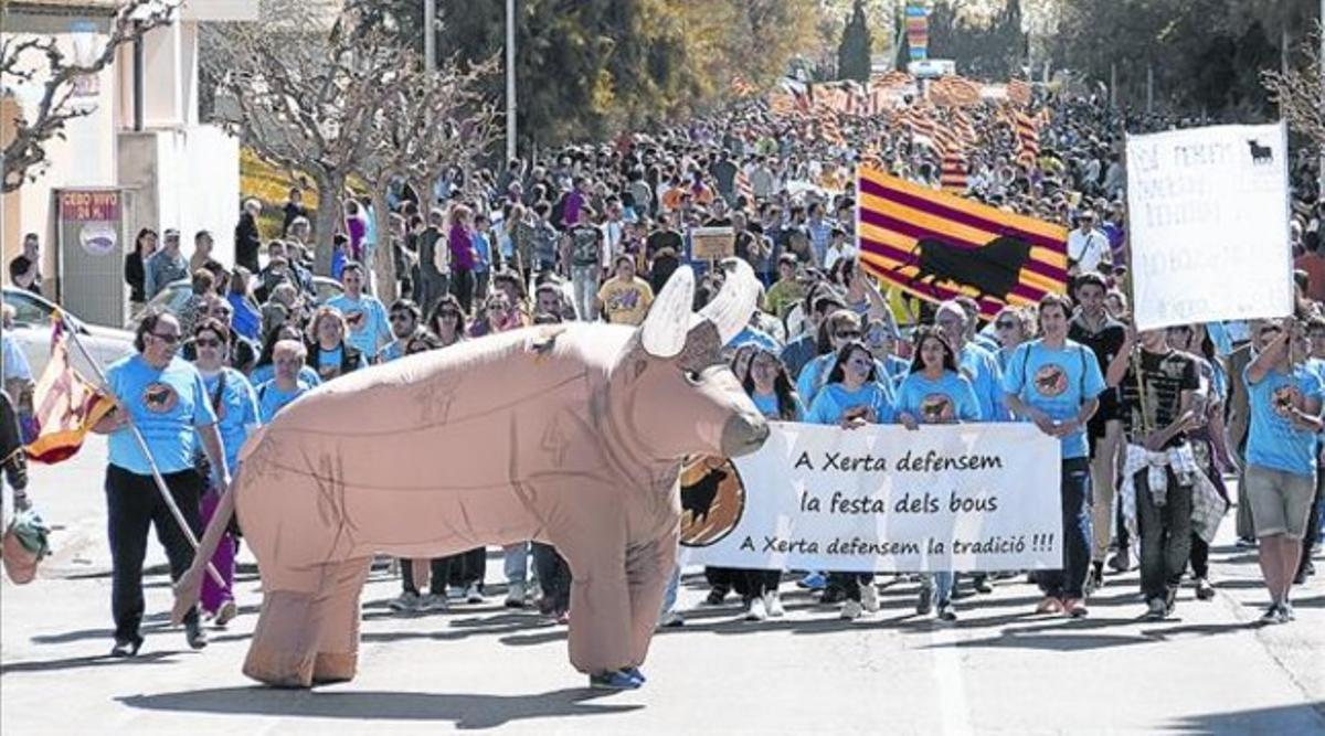 La cabecera de la manifestación taurina celebrada ayer en Amposta.