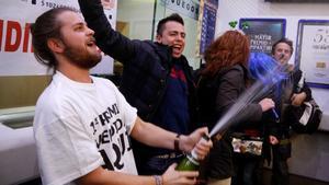 Personas celebrando un premio de la Lotería de Navidad.