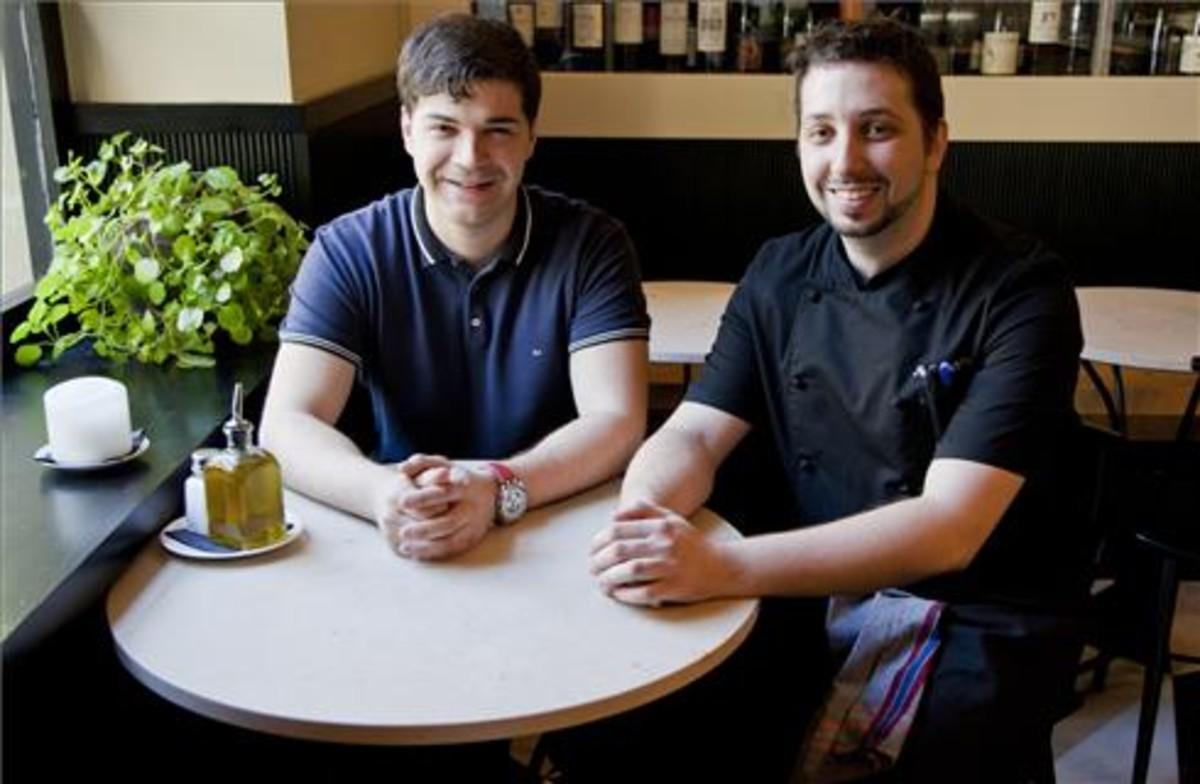 Iván Castro (izquierda) y Pedro Salillas, en una mesita de Mont Bar. Foto: Lali Puig