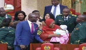 Expulsen una diputada del Parlament de Kenya per portar el seu nadó