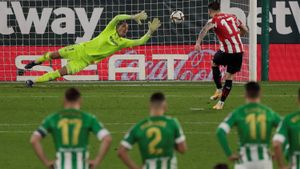 Yuri Berchiche convierte el penalti decisivo en la eliminatoria entre el Betis y el Athletic.
