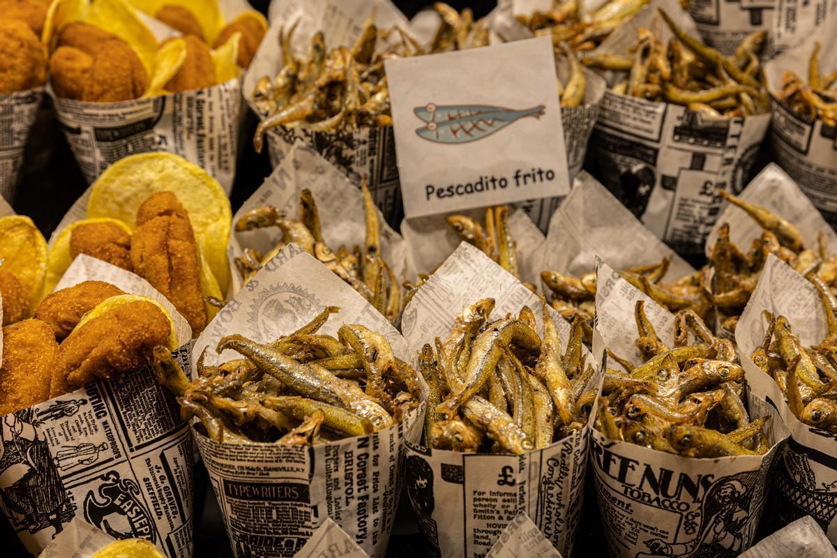 Cucuruchos de pescadito frito y patatas en el mostrador de una marisquería que hasta hace bien poco era un establecimiento como pocos en la ciudad.