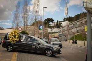 Un coche fúnebre sale del tanatorio de Sant Gervasi.