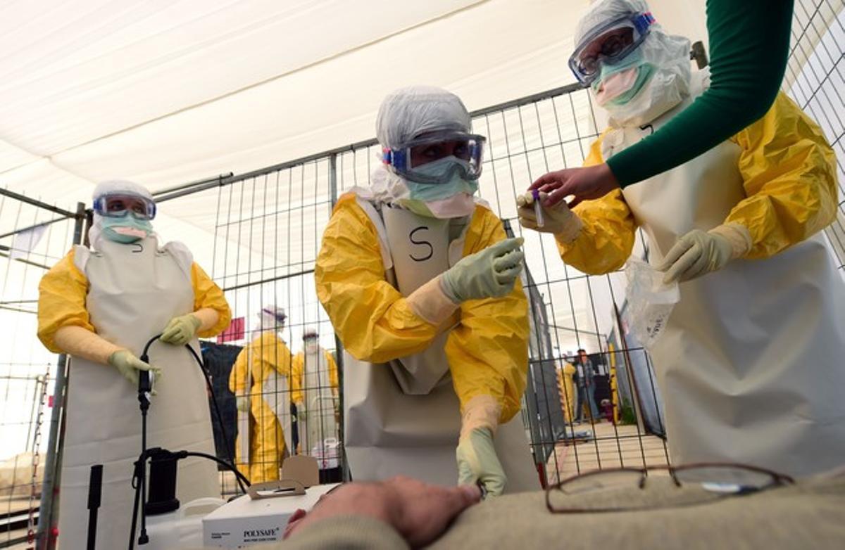 Personal de Médicos sin Fronteras recibe formación sobre medidas de protección contra el ébola, el pasado 1 de octubre en Bruselas.