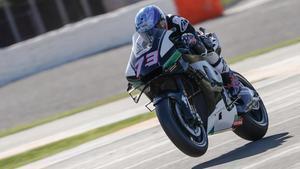 Àlex Márquez (Honda) sale de la primera curva de Cheste (Valencia), con la rueda dellantera de su moto levantada.