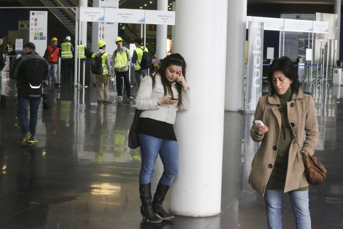 Usuarias pendientes de sus móviles, en L'Hospitalet de Llobregat.