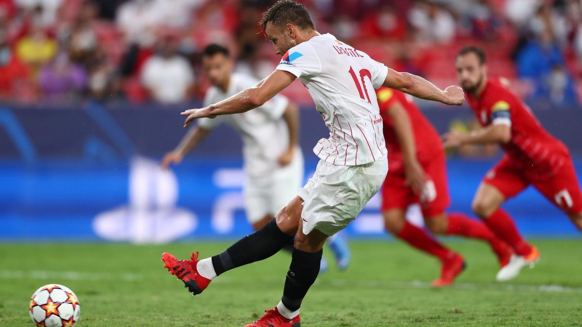 Rakitic lanza el penalti que supuso el empate del Sevilla este martes.