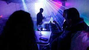 Catalunya ordena el cierre de discotecas y salas de fiesta. En la foto, un bar nocturno de Barcelona.