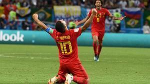 Hazard se arrodilla para celebrar el éxito de Bélgica ante Brasil.