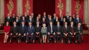 Foto de familia de algunos de los líderes de los países miembros de la OTAN, junto al secretario general de la organización, Jens Stoltenberg, y la reina Isabel II.