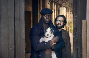 Omar Sy, Antoine Guoy y la perrita Monette en 'Lupin'.