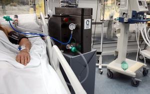 Un paciente de covid conectado a un respirador en el Hospital de Can Ruti
