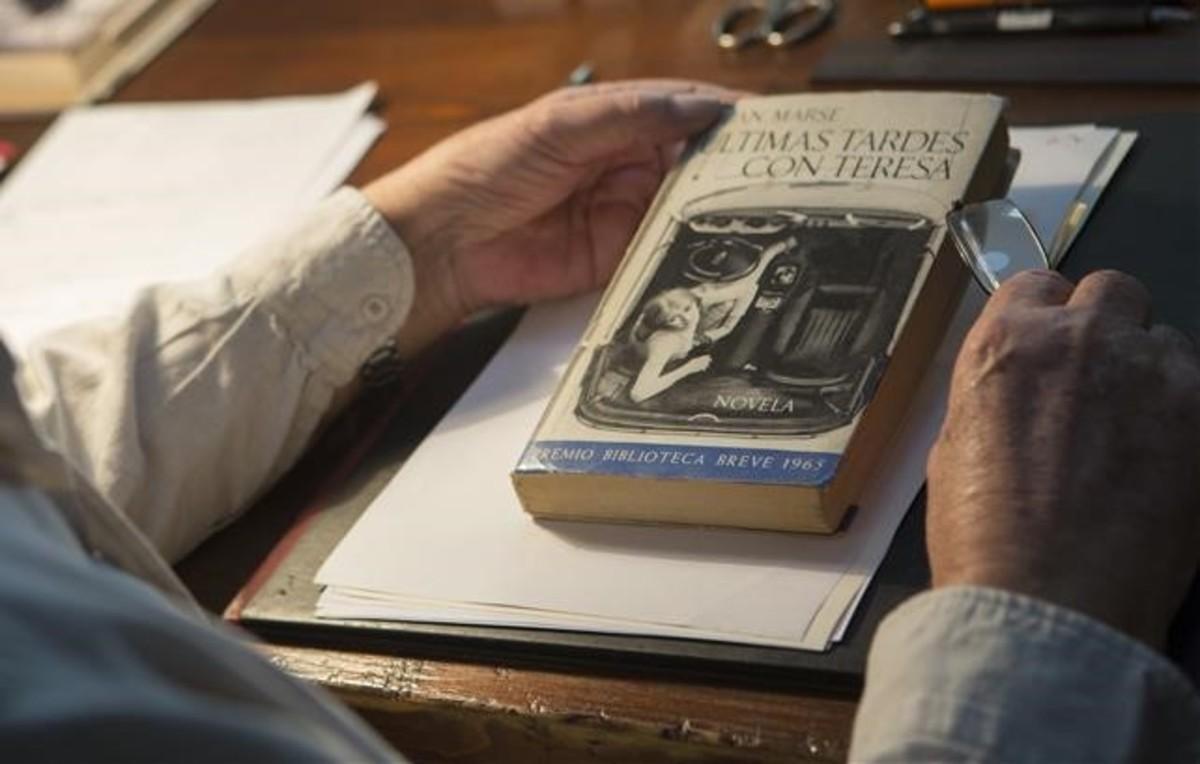 Juan Marsé, en su despacho con la primera edición de 'Últimas tardes con Teresa'