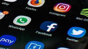 Una pantalla de teléfono móvil muestra los iconos de las aplicaciones de redes sociales.