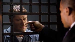 Gerard Butler y Jamie Foxx, de espaldas, en una escena de la película 'Un ciudadano ejemplar'.