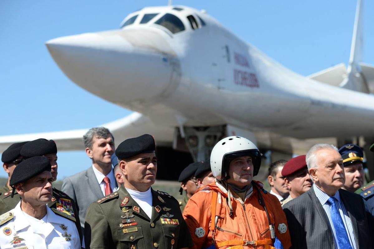 El ministro de Defensa de Venezuela, Vladimir Padrino, ante la llegada de aviones de combate rusos en Caracas.