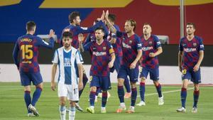 Felicitaciones a Suárez tras el primer gol.