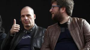 Yanis Varoufakis y el eurodiputado de Podemos Miguel Urbán.