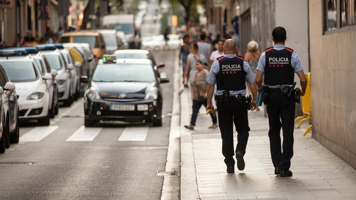 Dos mossos patrullan por Barcelona.