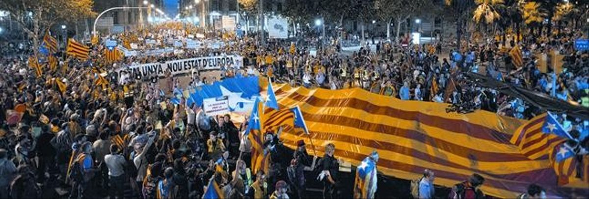 El paso de la manifestación independentista por el paseo de Isabel II, ayer.