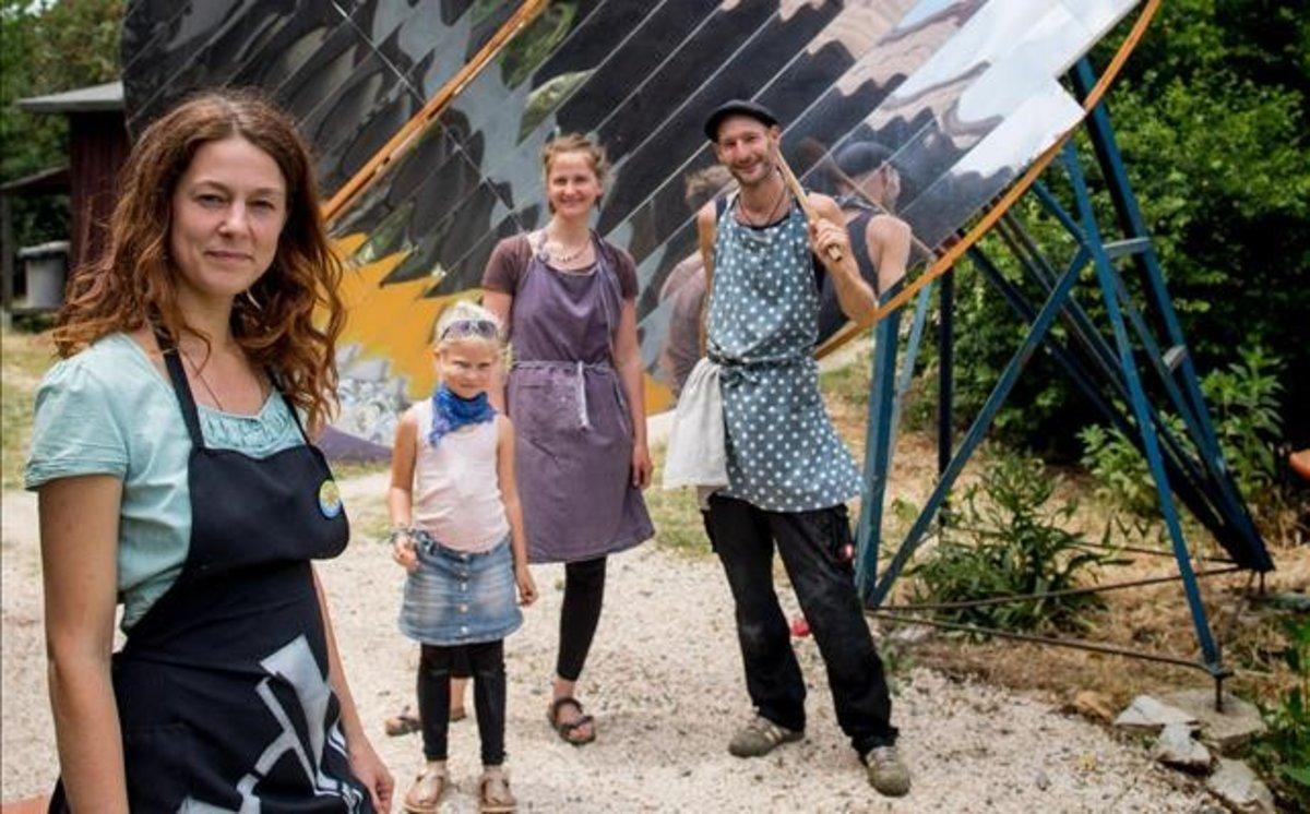 Miembros de Tamera, en Portugal, frente a la cocina solar.