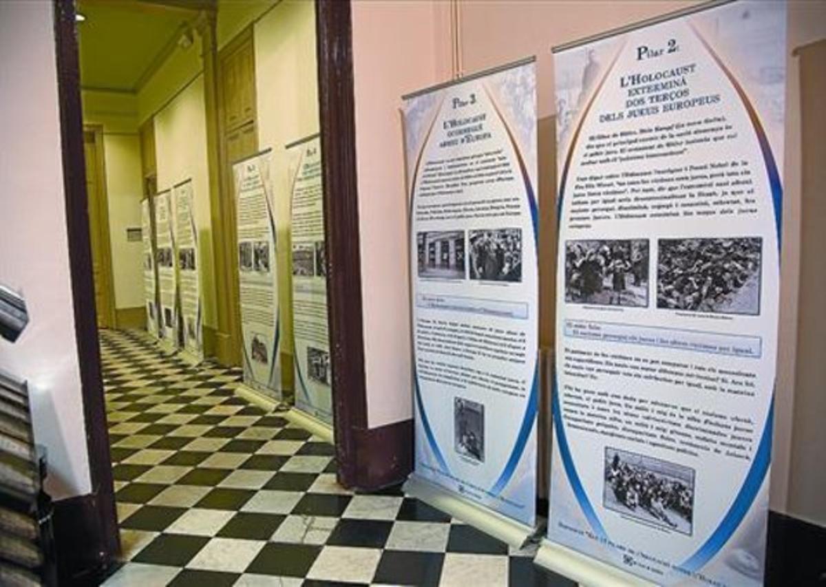La Casa ElizaldePaneles explicativos de la muestra sobre el Holocausto.