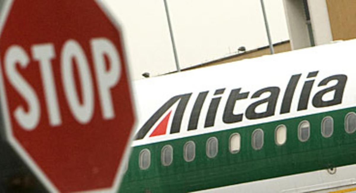 Un avión de Alitalia, detenido en el aeropuerto romano de Fiumicino.