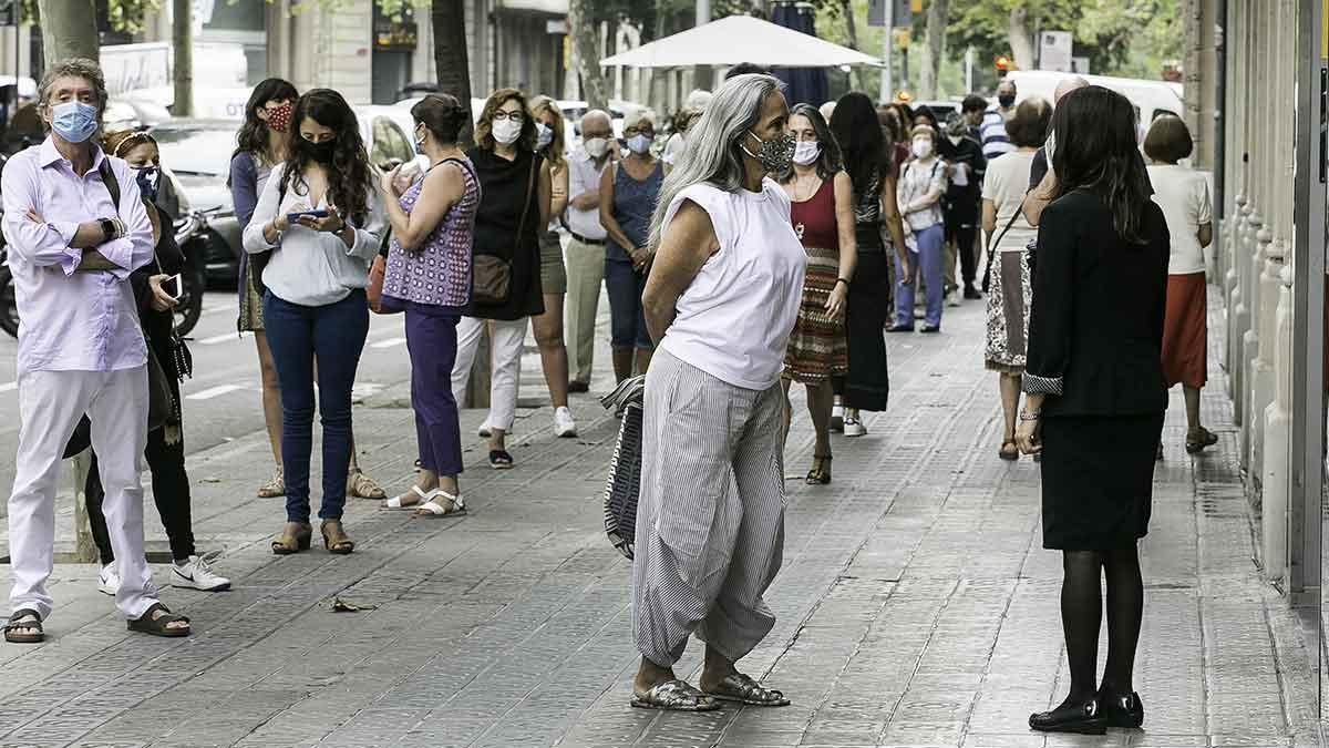 Cola delante del laboratorio Echevarne en la calle Provença de Barcelona para hacerse análisis, muchos de ellos de coronavirus.