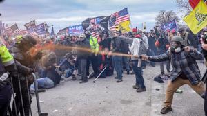 Fanáticos del presidente Trump enfrentándose a la Policía durante la toma del Capitolio de EEUU.