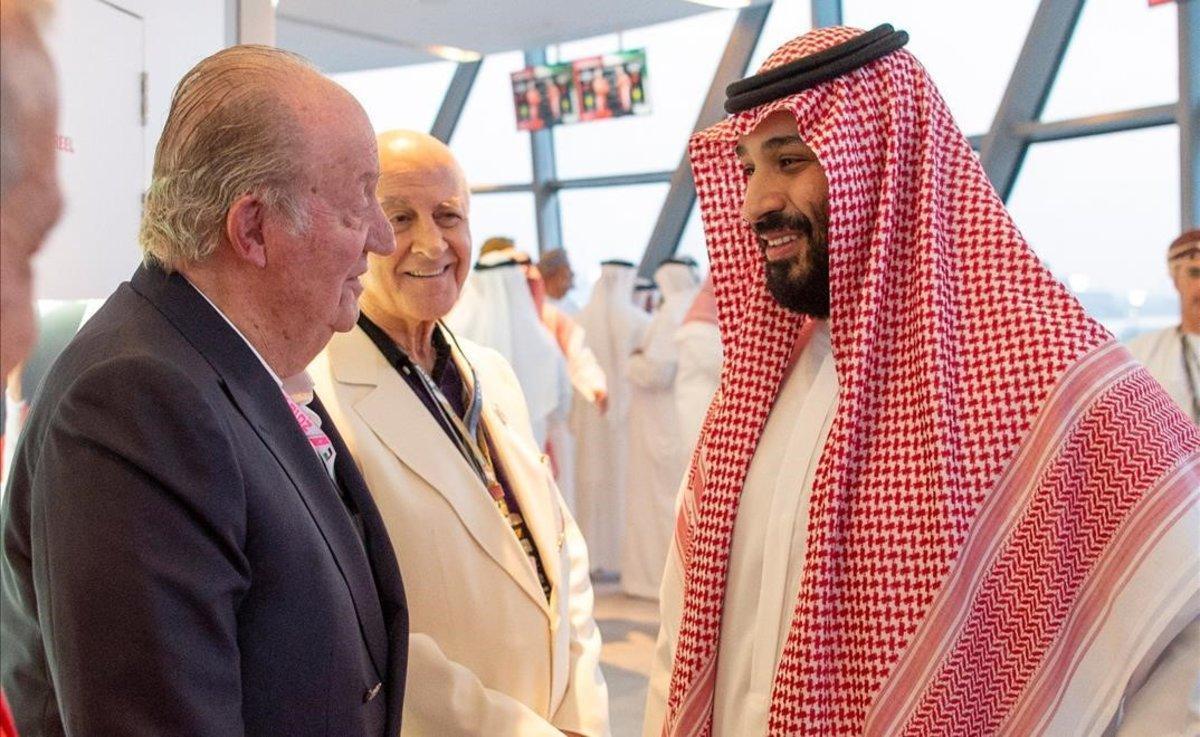 Juan Carlos I charla con el príncipe heredero de Arabia Saudí,Mohammed bin Salman, en noviembre del 2018 en Abu Dabi.