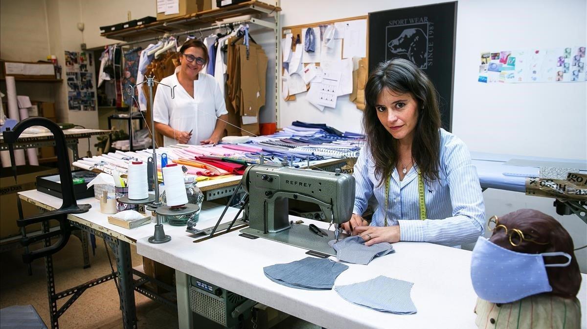 Georgina Ferrer y su madre, Mamen Brutau, en el taller de la empresa familiar, Hugo Dax, de Sabadell, donde habitualmente cosen camisas, y ahora mascarillas.