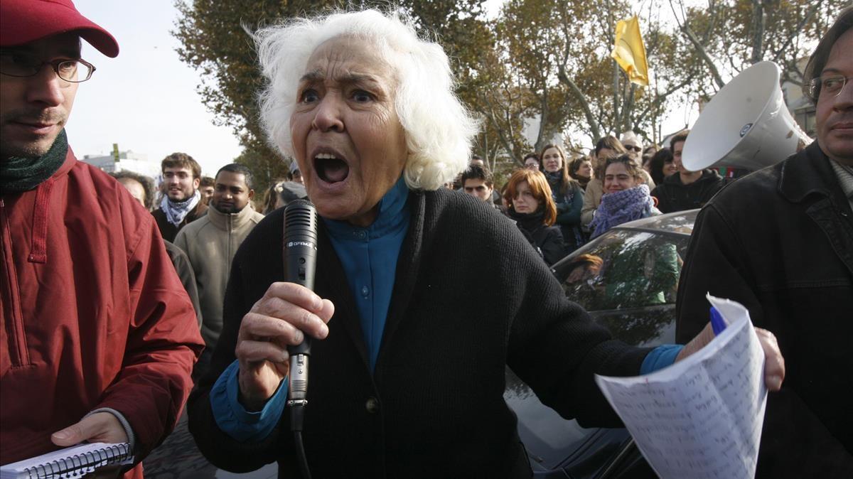 La escritora Nawal Saadawi en una manifestación contra la cumbre Mediterránea de Barcelona.