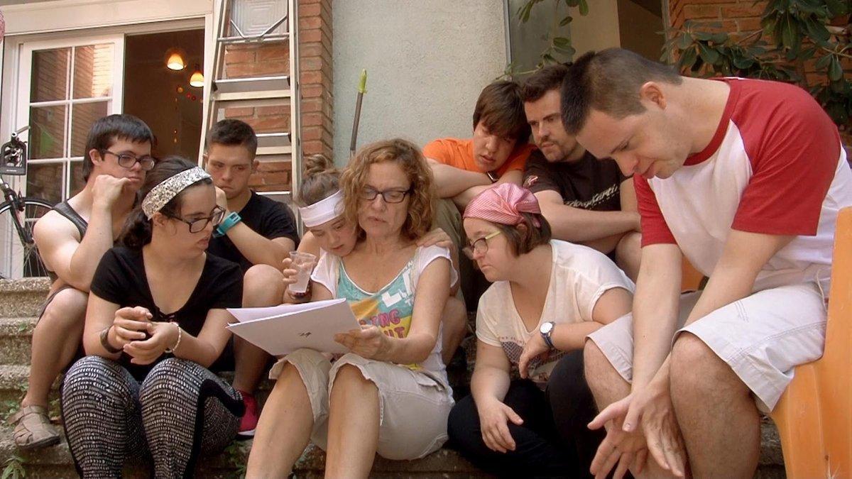 La actriz y directora Mireia Ros con los protagonistas del filme.