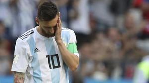 La apesadumbrada reacción de Messi al consumarse la derrota de Argentina contra Francia.