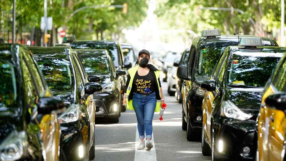 Marcha lenta de taxis en el centro de Barcelona.