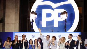 Rajoy, con parte de la cúpula del PP,en el balcón de Génova la noche electoral del 26-J.