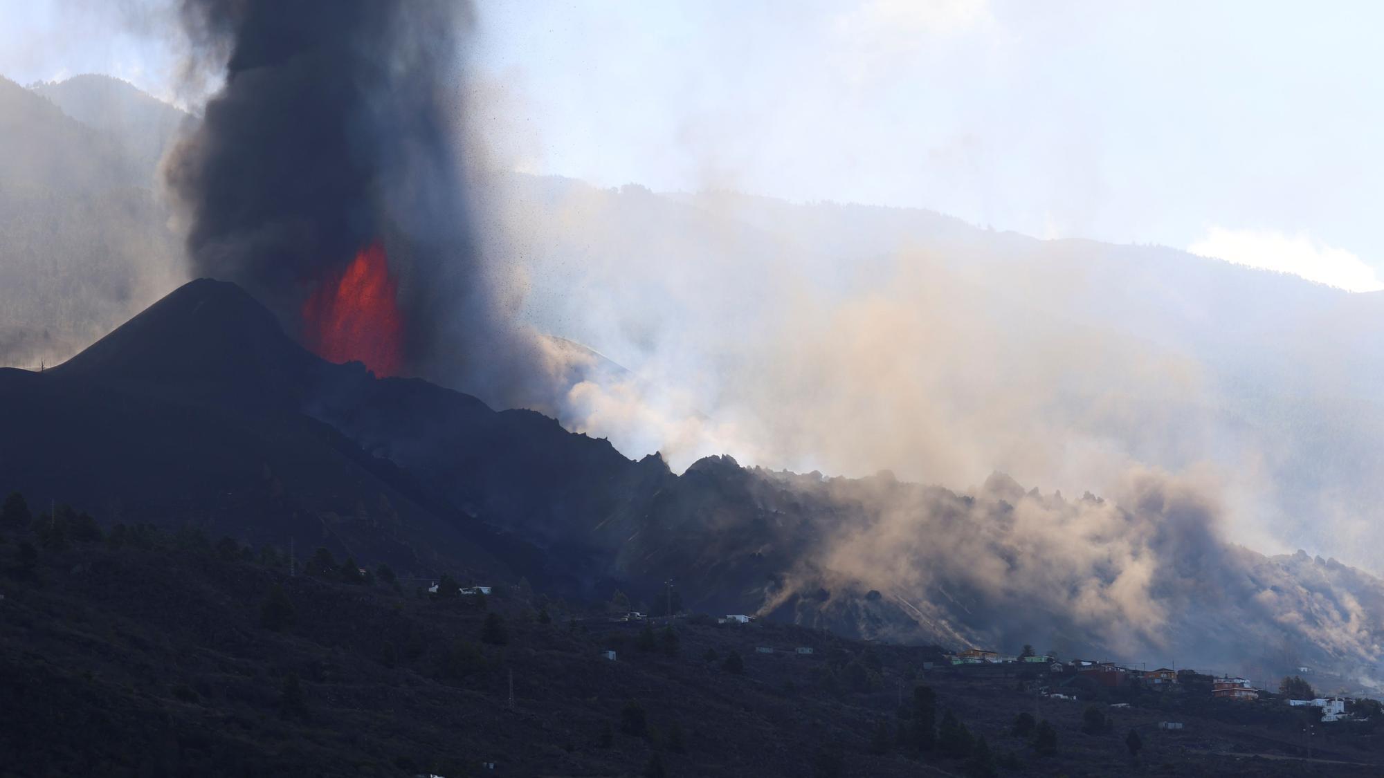 """El cono del volcán de La Palma se rompe y deja """"una colada enorme"""""""
