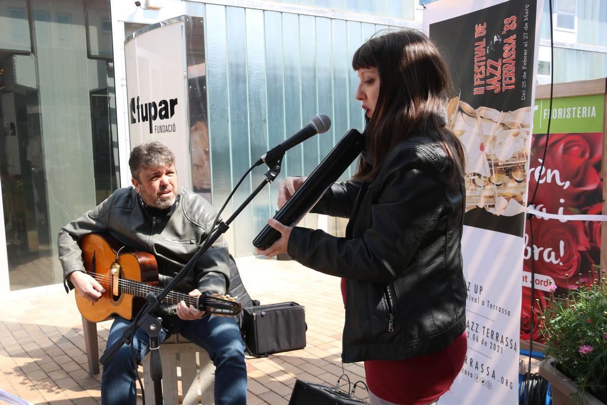 Gipsy Nur Projecte en la actuación sorpresa delante de la sede Fupar