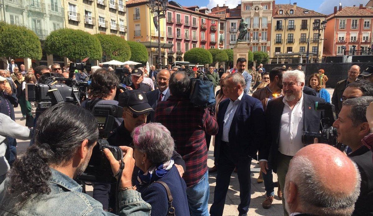 Los concejales de Cs en Burgos llegan escoltados al Ayuntamiento entre gritos de fuera, fuera.