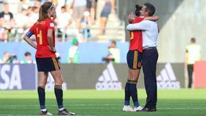 Vilda se abraza a Jenni Hermoso tras la derrota ante EEUU.