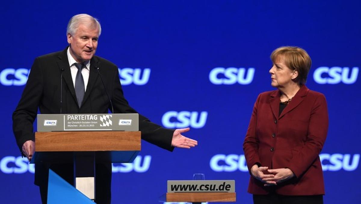 Horst Seehofer ,el presidente de la CSU y del estado federado de Bavierajunto alacancillera alemana,Angela Merkel.