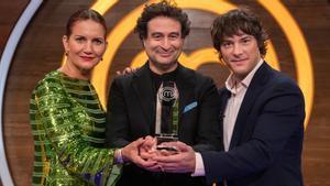 El jurado de 'Masterchef Junior 8' con el trofeo para el ganador.