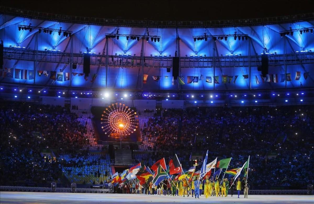 Atletas entran en el estadio durante la ceremonia de clausura.
