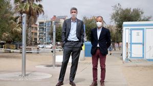 El alcalde de Badalona, Xavier Garcia Albiol, y el teniente de alcalde de Territorio y Sostenibilidad, Daniel Gràcia, en la playa de la estación de Badalona.